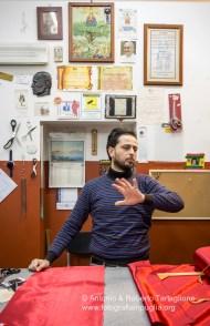 il sarto Salvatore Luisi che confeziona i tipici costumi, i Domini.