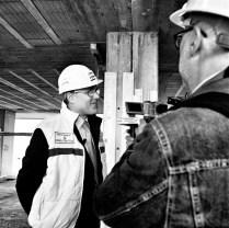 L'Ing. Guido Zappa (responsabile marketing per la General Smontaggi SpA) conduce i giornalisti sul cantiere dell'edificio che sarà abattuto il giorno dopo. Bari 22/04/2006