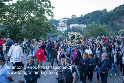 Lagonegro (PZ). La processione esce dal Paese ed inizia a salire sulla strada asfaltata.