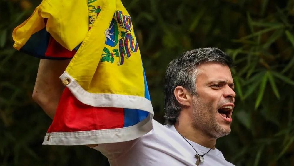 Risultati immagini per Leopoldo López saluda a los venezolanos