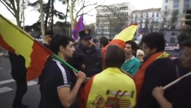 La lección de democracia de un policía a unos jóvenes con banderas de España en la protesta independentista