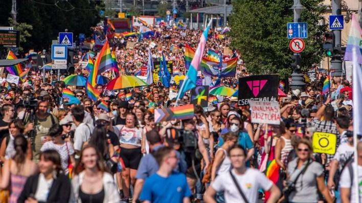 Miles de personas salen a la calle en Hungría para protestar contra la homofobia del primer ministro
