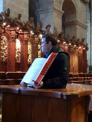 Frater Leopold erklärt uns das Gesangbuch