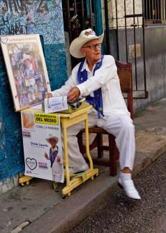Orlando Laguardia, kubanischer Dichter, vor der Bodeguita del Medio, Havanna