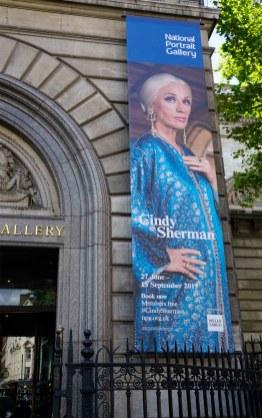 Plakat für die Cindy Sherman Ausstellung