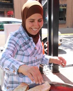 (09) Yemenitische Frau bereitet Fladen zu