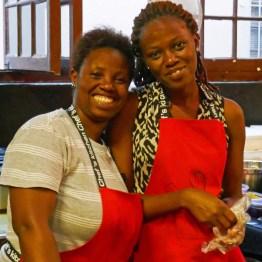 (05) junge Frauen auf einem Markt in Südafrika