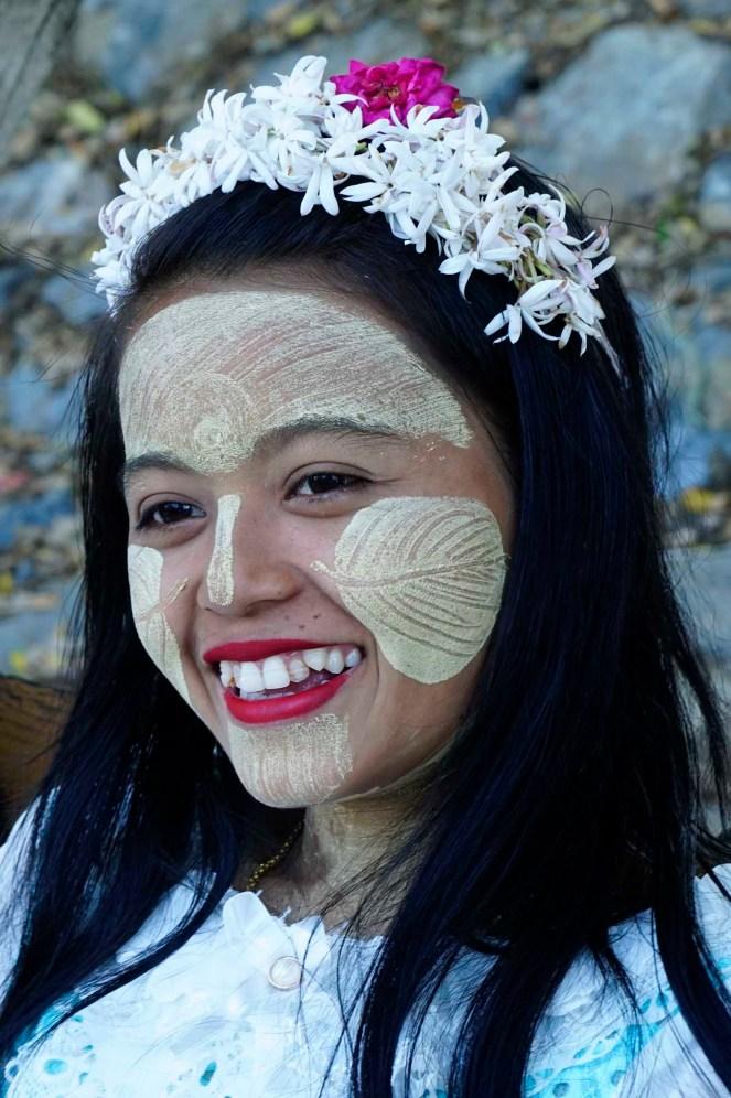 (01) junge Frau mit Tanakabemalung, Myanmar