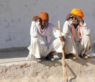 zwei Männer am Dorfrand, Rajasthan