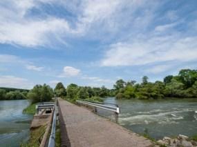 Steindamm mit Wasserdurchlass in den Altrhein