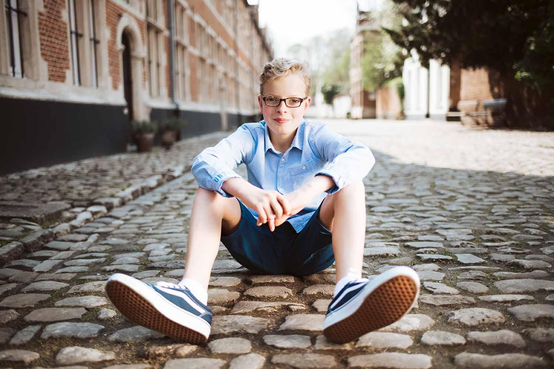 communie jongen portret stad