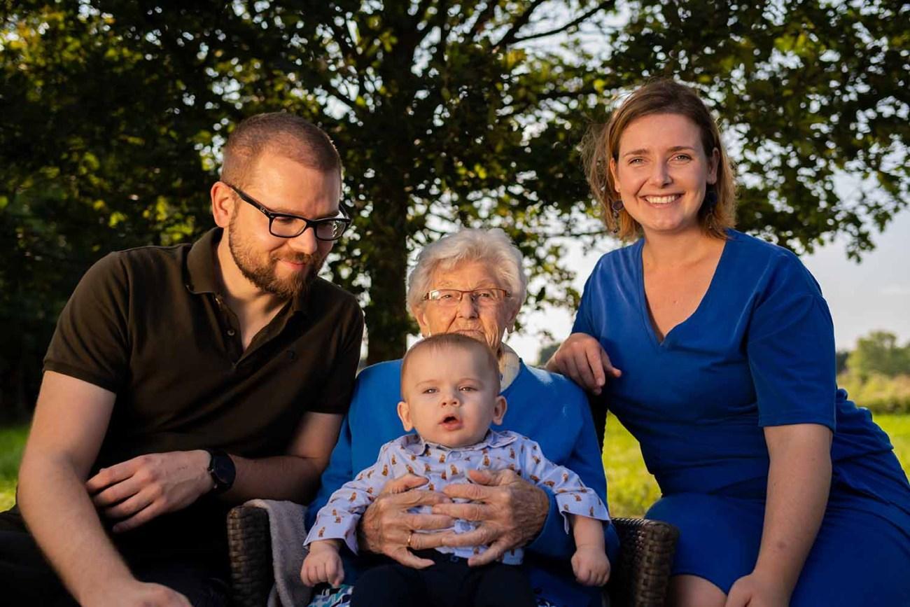 portret familie overgrootmoeder met achterkleinkind