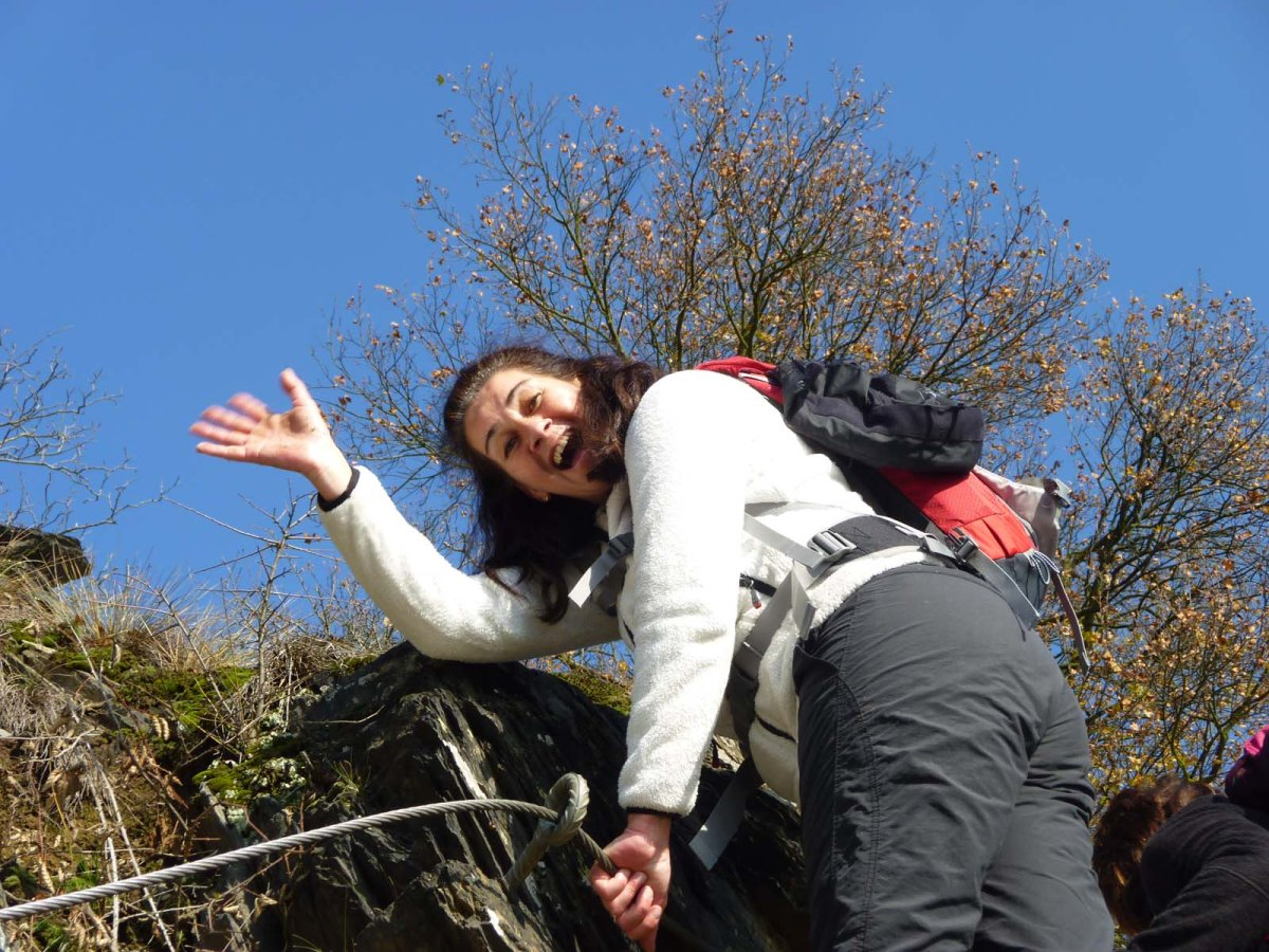 Tanja auf der Leiter am Klettersteig