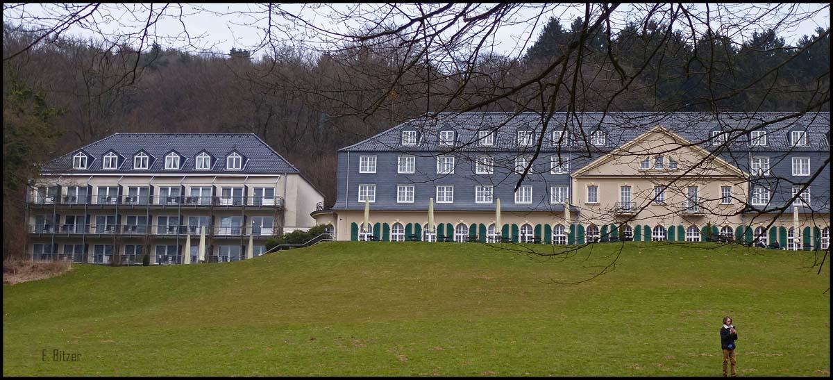 """Maria in der Aue früher """"Schloss Haniel"""" genannt.Das Sommerprogramm mit verschiedenen Highlights für die ganze Familie. Neben Live-Musik, Open-Air Kinoabenden, Puppentheater, Tanztee und einem Musik-Workshop für Kinder, bietet unsere Sonenterrasse ein immer wieder beliebtes Ausflugsziel."""