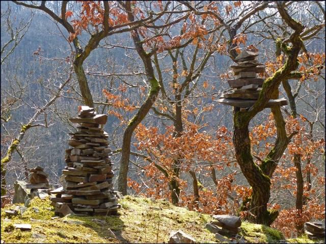 Hier haben einige oder unzählige Wanderer ihre Steinhäufchen hinterlassen. Der ganze Bereich hier war von kleinen und großen Denkmälern geschmückt. Eine prima Idee :-)