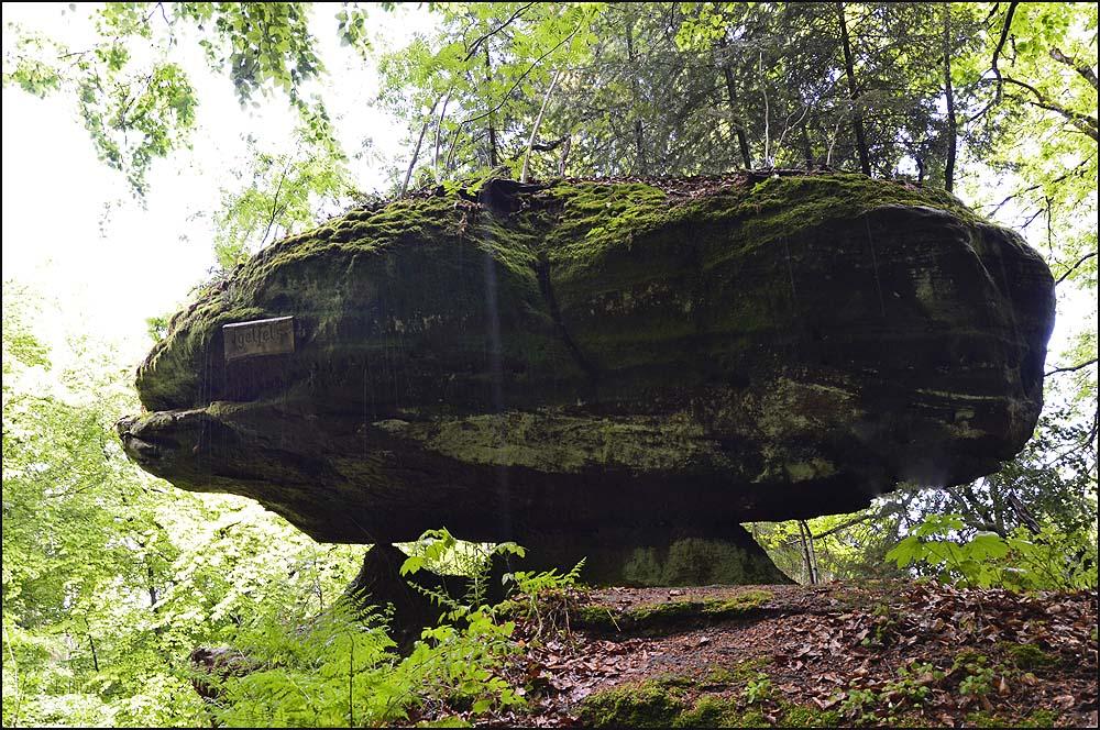 Unbeschreiblich wie die Felsen durch Verwitterung solche seltsamen Formen annehmen. Und kurios ist auch, dass die härteren Schichten oben sind.