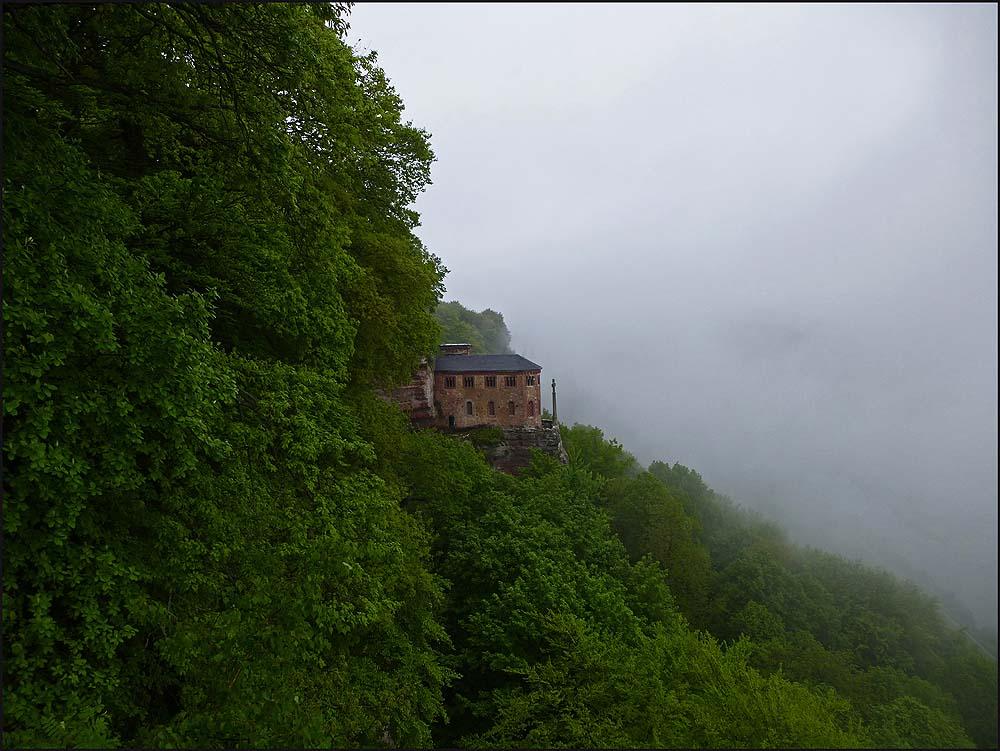 Die Klause Kastel ist ein von Mönchen in die Felswand aus Sandstein geschlagenes Refugium auf einem Plateau über dem Tal und bietet einen weiten Blick über das Saartal. Wikipedia