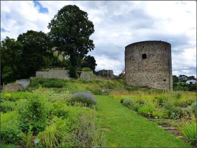 Auf der Spornspitze, 80 m über der Sieg und in Sichtweite der Abtei auf dem Michaelsberg, gründeten die Herren von Sayn um 1180 die Burg Blankenberg.