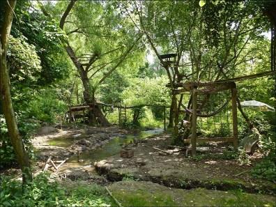 Ein wunderschön gelegener Spielplatz. Dort müssen Kids pures Vergnügen geniessen. Und er wirkt sauber, aber abenteuerlich.