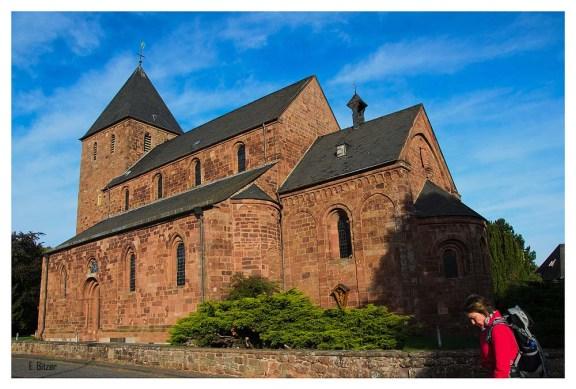 Die wuchtige aber doch harmonische romanische Pfarrkirche St. Johannes Baptist ist wie der ganze Ort Nideggen aus roten Sandstein gebaut und wurde bereits gegen Ende des 12. Jh. in der Vorburg errichtet.