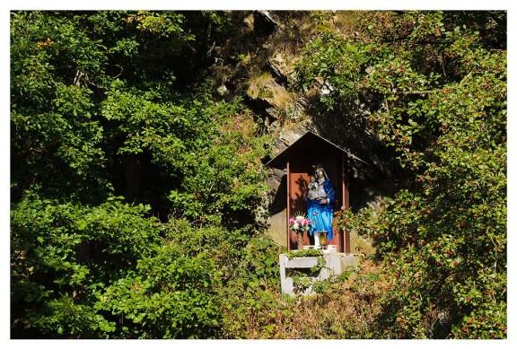 Gleich hinter der Brücke in einer Felsnische wacht die Marienfigur über das Tal