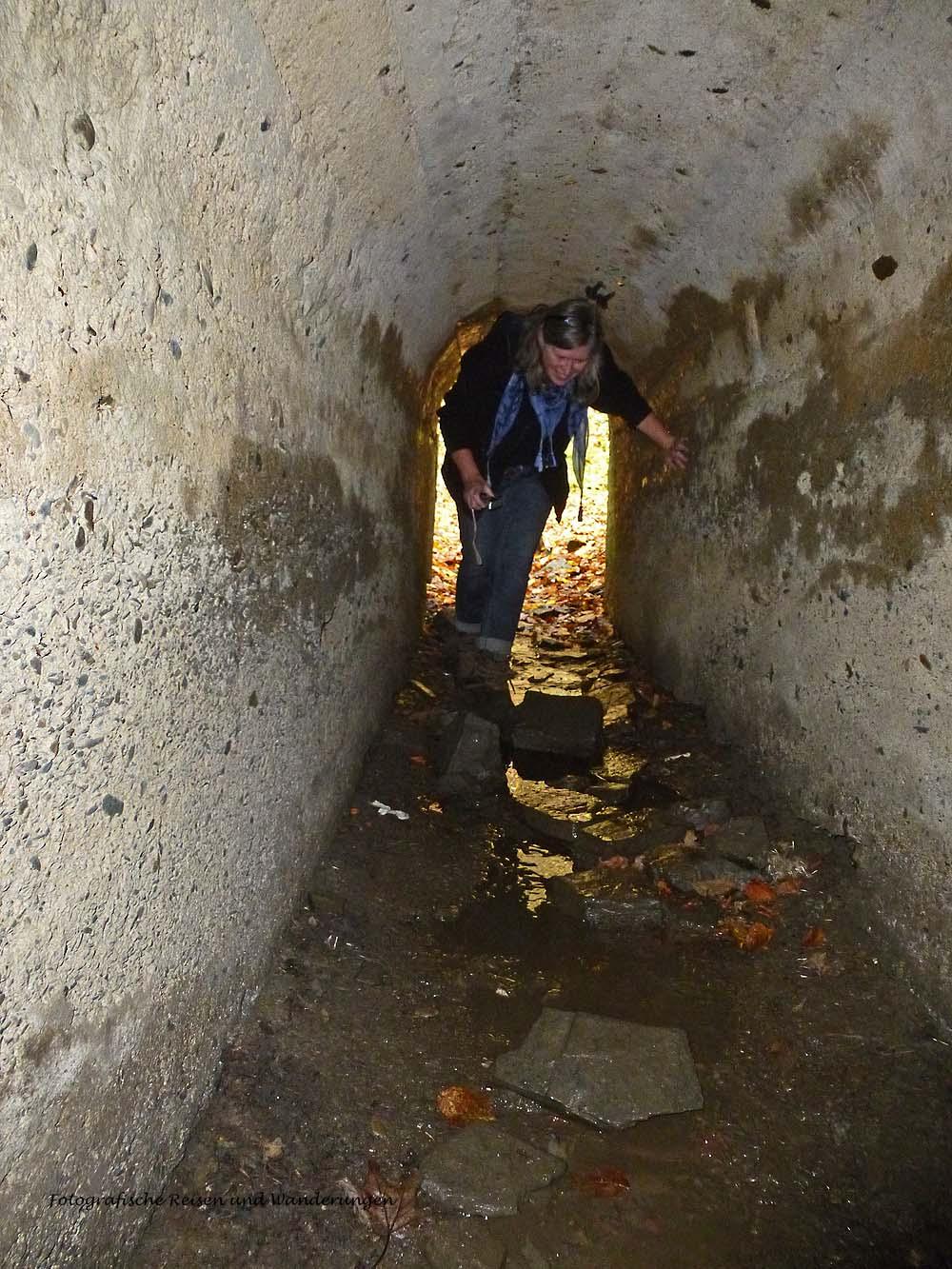 mussten wir uns schon wieder bücken, um durch diesen kleinen Tunnel zu gelangen