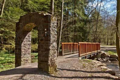 Kurz vor diesem markanten Torbogen mündet der Linnefebach in die Dhünn. Die Vorgängerin dieser Brücke war übrigens deutlich dezenter.