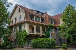 Herchener Hof, 1912-13 als Hotel genutzt. Später wurde aus dem Grauwackebau mit Mansarden-Walmdach ein Alten- und Pflegeheim.