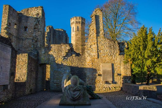Kriegerdenkmal in der Ruine Hohensyburg mit Blick auf den Vincketurm