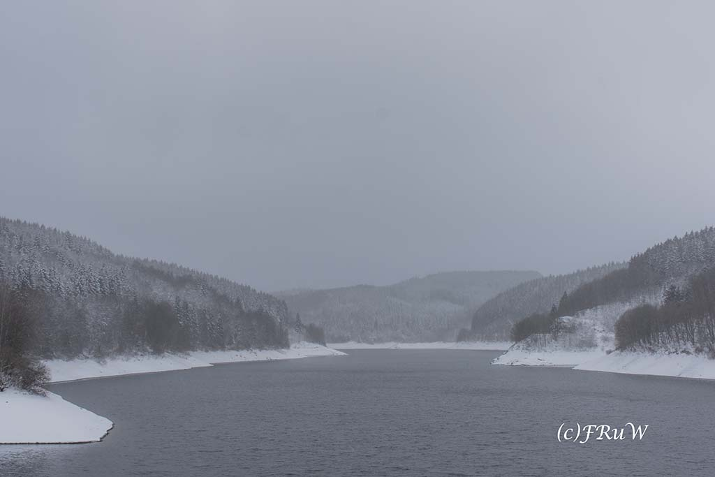 Blick auf die Olfetalsperre mit Eis und Schnee - Schneewandern an der Oleftalsperre