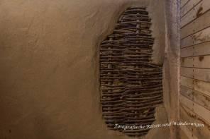 Lehmputz über dem Flechtwerk aus Haselruten und Eichenholz