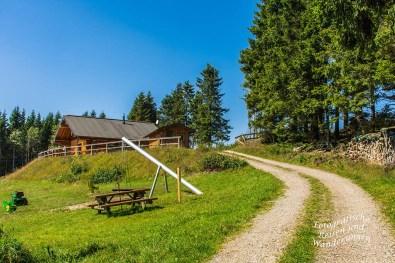 Rastplätze für Wanderer/innen mit eigenem Lunchpaket, nahe an der Schwedenhütte am Altlastenberg