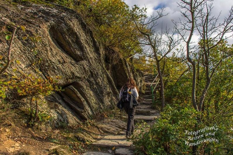 Tanja wandert über die Stufen die in den Felsen geschlagen wurden