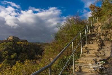 Steil hoch führen felsige Stufen (der Blick zurück) wir sind runter gegangen