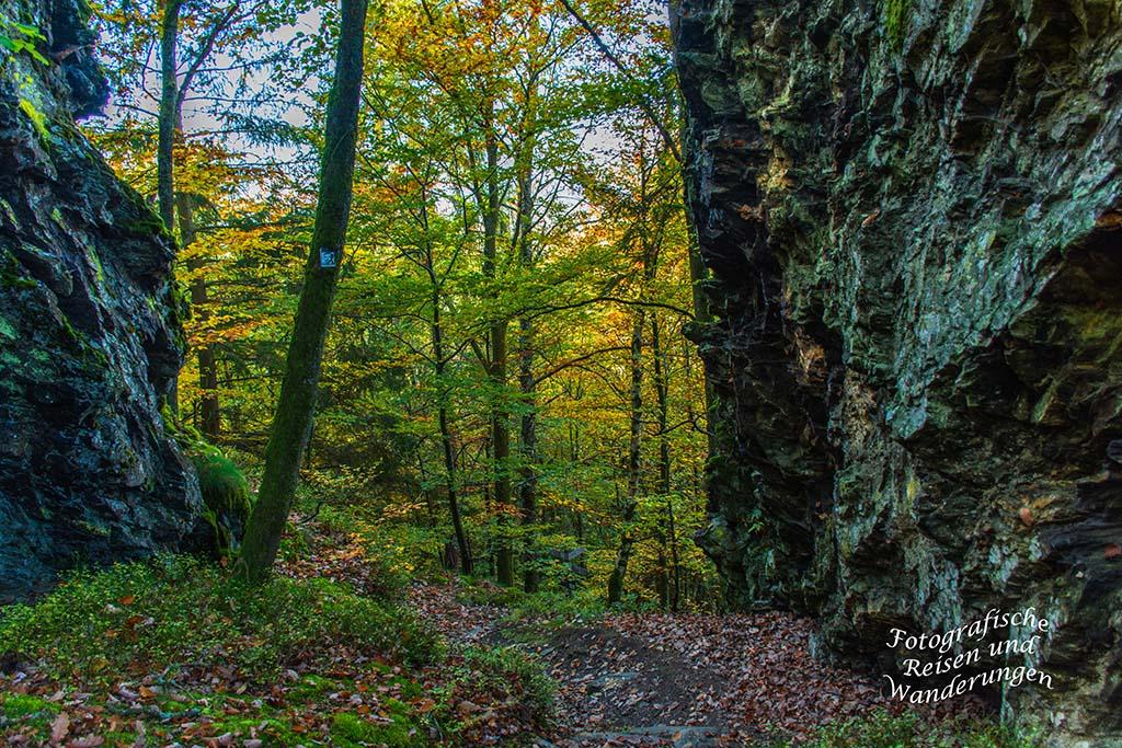 Zwischen hohen Felswänden Richtung Pionierfelsen
