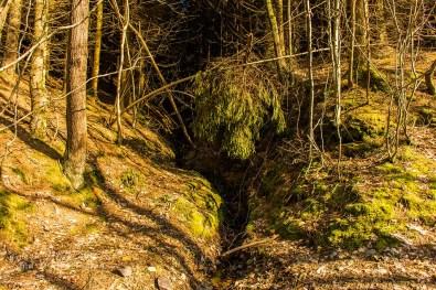 Hier sucht sie Schmelz-aber auch Regenwasser den Weg von den Hängen ins Tal.