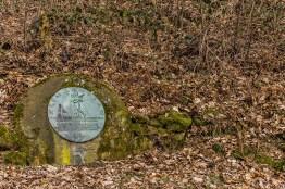 1933-34-35 wurde der Klingenpfad durch Wohlfahrtsunterstützte gestaltet. Er führt über 60 km Länge rund um Solingen Der Du sorglos gehest und fröhlich den Weg, O Wandrer, trinkenden Auges der Schönheiten, tausend im Tal, wisse, in Mühe und Plag schufen ihn arbeitsheischende Hände, derer, die das Schicksal geschlagen erwerbslos