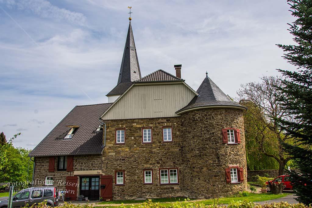 Das auffällig Gebäude der Burg Honrath ist schnell erreicht.