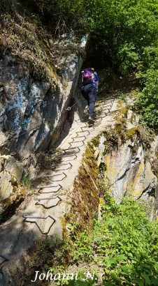 Einer nach dem anderen klettert hinauf- Klettersteig am Mittelrhein in Boppard