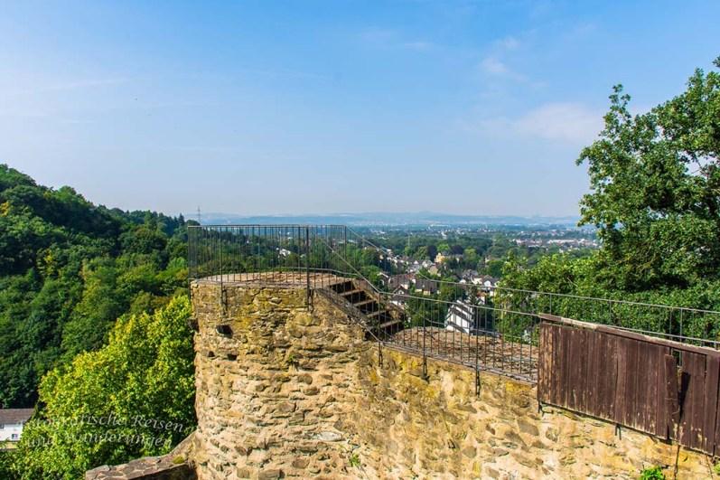 Burgruine Sayn: Es riecht nach Ziegendung und haufenweise Köttel geben Hinweise auf die zeitweiligen Bewohner