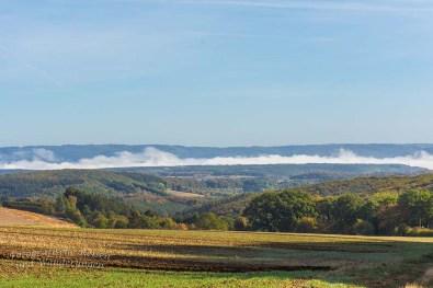 Nebel über der Maar-reichen Eifellandschaft