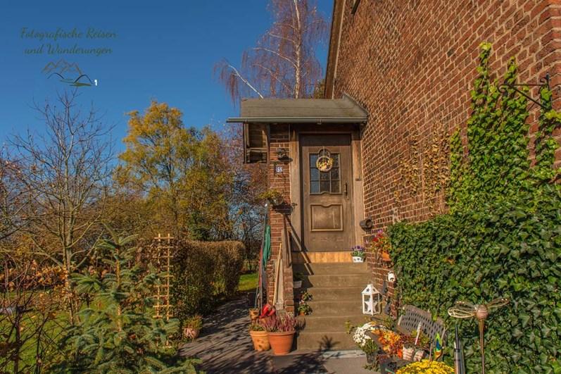 Netter Hauseingang mit Stufen zur Tür
