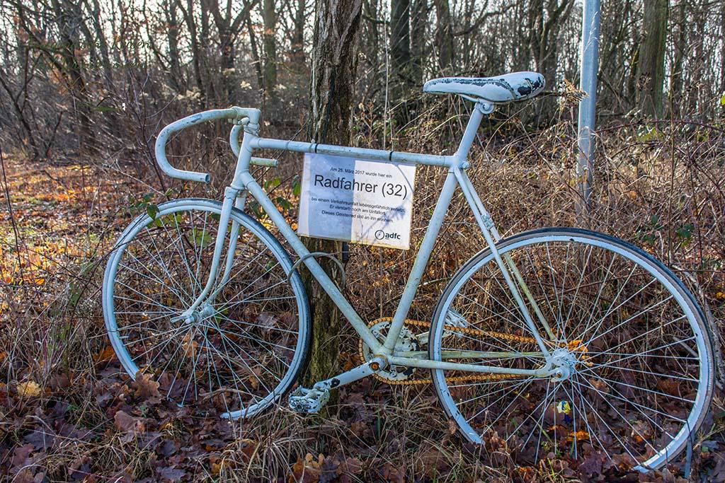 Ein weißes Rad - Geisterrad als Gedenken an einen Todesfall
