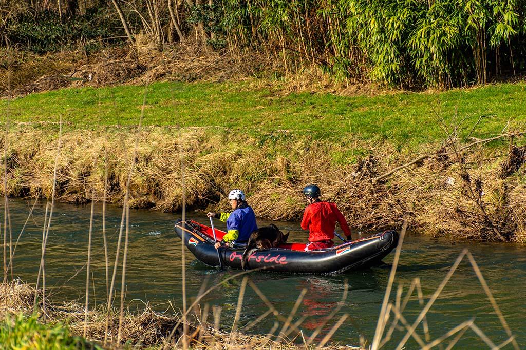 Hund, Mann und Frau im Boot auf der Sülz