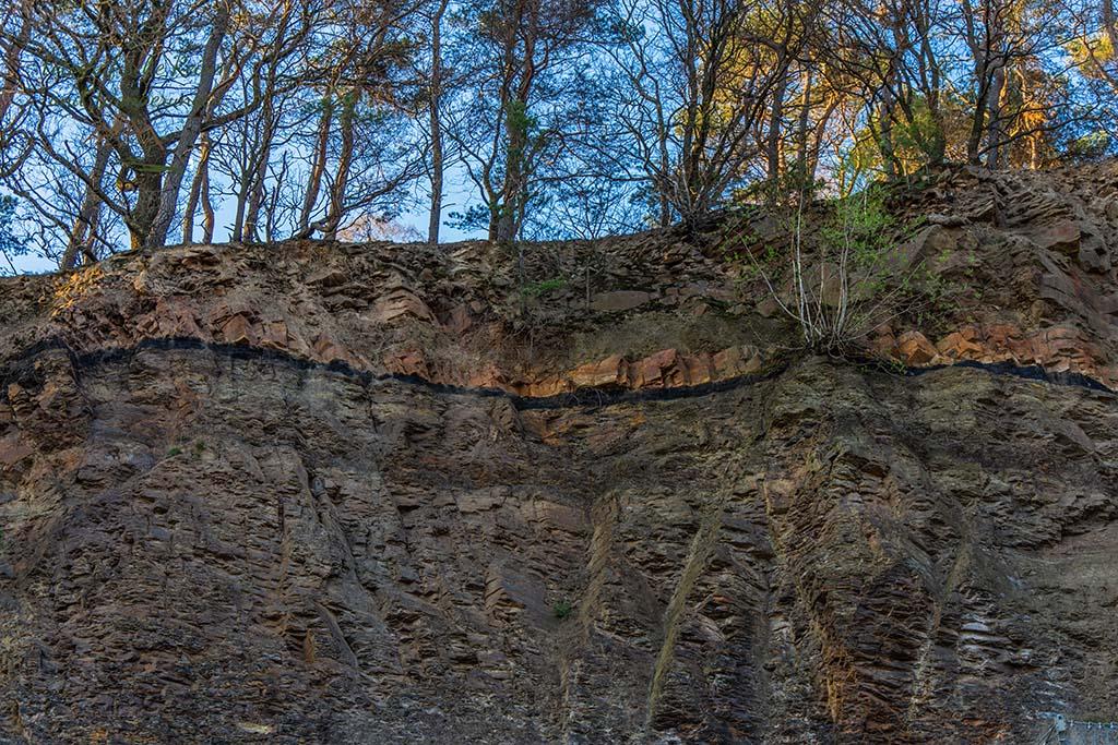 Deutlich sichtbar der Steinkohleflöz - Steinbruch - Bergbauwanderweg im Muttental
