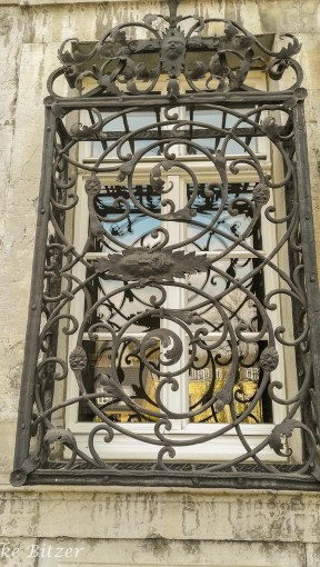 Fratzen im Fenstergitter