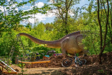 Langhals Dinosaurier zu Besuch im Dinosaurierpark Teufelsschlucht