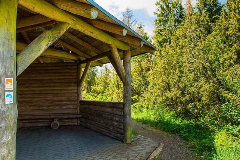 Schutzhütte am Wabelsberg- Wacholderheide in der Eifel