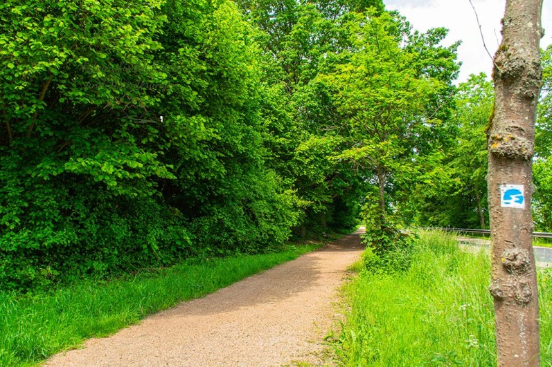 Weg parallel zur Straße