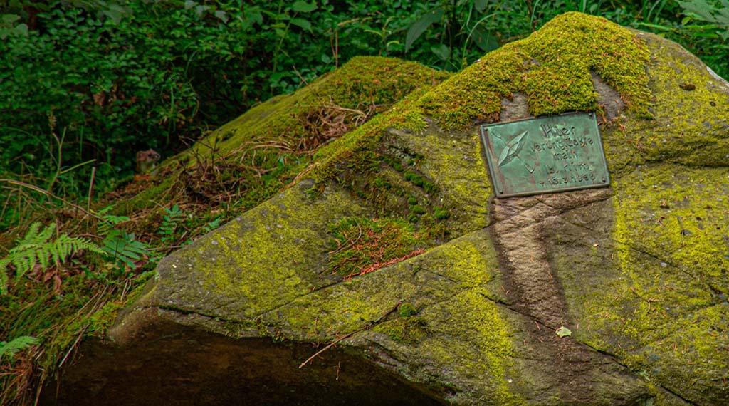 Stein mit Inschrift in der Rur